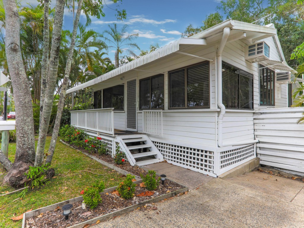 Beach shack clifton beach accommodation palm cove for Shack homes